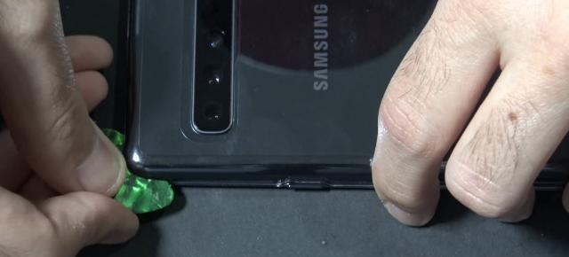 Samsung Galaxy S10 5G are un conector misterios la interior; Iată disecţia sa! (Video)