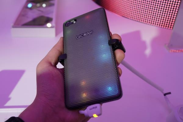 "MWC 2017: Alcatel A5 LED hands-on - telefonul disco are un spate ""de petrecere"" (Video)"