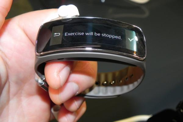 MWC 2014: Video hands-on cu noua brățară inteligentă Samsung Gear Fit