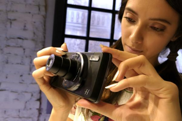 Prezentare Moto Mods: Hasselblad True Zoom e ideal pentru paparazzi, are şi minusuri faţă de camera lui Moto Z standard (Video)