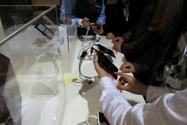 MWC 2013: NEC Medias W, telefon dual display familiar la MWC, gata de comercializare (Video)