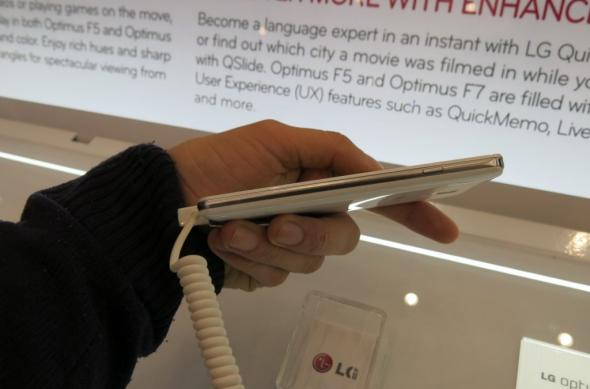 MWC 2013: LG Optimus F7 ni se prezintă la prima atingere (Video): lg_optimus_f7_12jpg.jpg