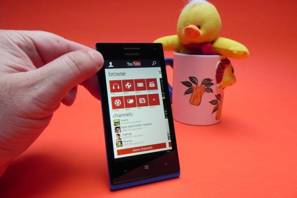 Review Huawei Ascend W1: Windows Phone 8 midrange care se remarcă doar prin baterie (Video)